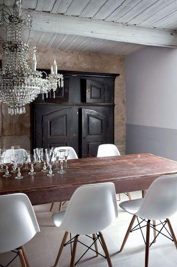 mesa de madera con sillas modernas