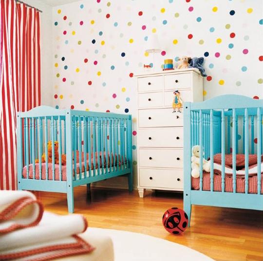 Habitación con vinilo de topos de colores