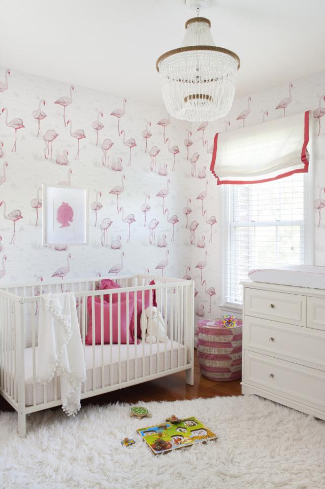 habitación para bebé con papel pintado